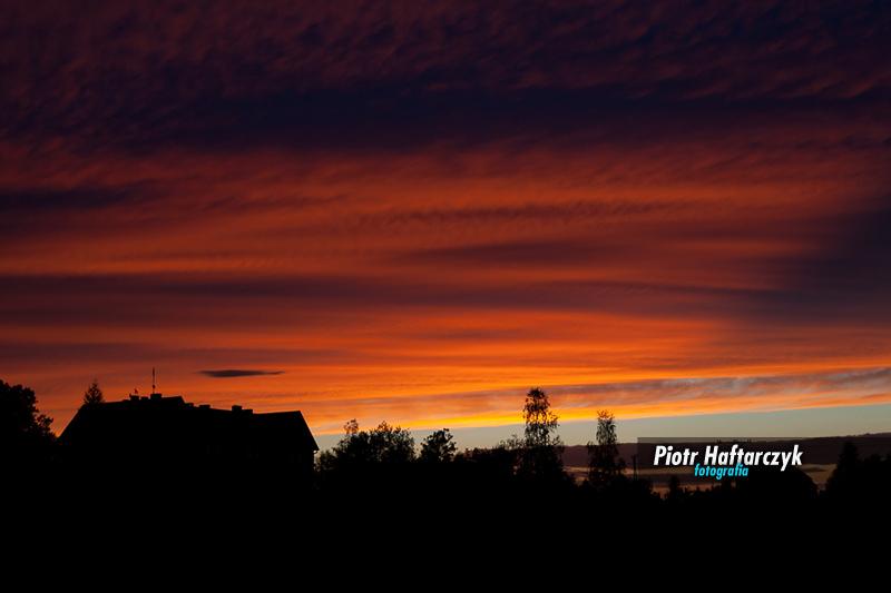 Wrześniowy zachód słońca nad szkołą w Tomaszowie Bolesławieckim